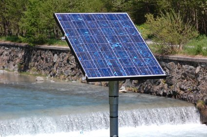 Solaire photovoltaique polycristallin site isolé off-grid charge batterie 12V outdoor